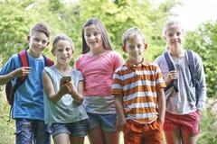 Ομάδα παιδιών Geocaching στα ξύλα Στοκ Εικόνα