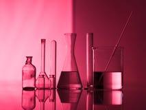 Ομάδα πειραματικών γυαλικών σε έναν πίνακα στοκ εικόνες