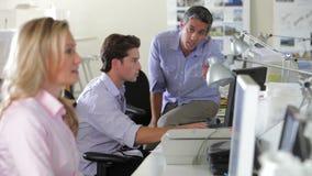 Ομάδα που εργάζεται στα γραφεία στο απασχολημένο γραφείο φιλμ μικρού μήκους