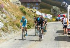 Ομάδα ποδηλατών στους δρόμους βουνών - γύρος de Γαλλία 2015 Στοκ φωτογραφία με δικαίωμα ελεύθερης χρήσης