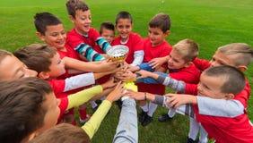 Ομάδα ποδοσφαίρου παιδιών στη συσσώρευση στοκ εικόνα