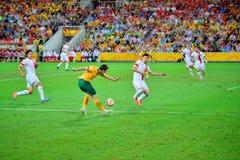 Ομάδα ποδοσφαίρου της Κίνας που υπερασπίζει το στόχο τους στοκ εικόνα