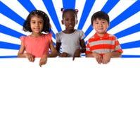 Ομάδα πολυφυλετικού πορτρέτου παιδιών με το λευκό πίνακα στοκ φωτογραφίες με δικαίωμα ελεύθερης χρήσης
