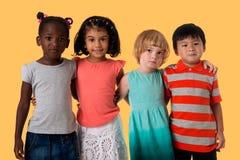Ομάδα πολυφυλετικού πορτρέτου παιδιών στούντιο στοκ φωτογραφίες