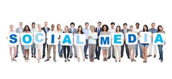 Ομάδα πολυ-εθνικής ομάδας αφισσών εκμετάλλευσης επιχειρηματιών στοκ εικόνα