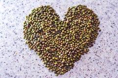Ομάδα πράσινων καρυδιών με τη μορφή αγάπης στον πίνακα Στοκ φωτογραφία με δικαίωμα ελεύθερης χρήσης