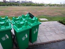 Ομάδα πράσινων δοχείων για τα γενικά απόβλητα στο plaza Στοκ Φωτογραφία