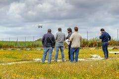 Ομάδα προσώπων που κάνουν το εκπαιδευτικό μάθημα κηφήνων στο αεροδρόμιο Λα Juliana Στοκ Εικόνες