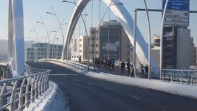Ομάδα δρομέων στη γέφυρα Basarab φιλμ μικρού μήκους