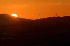 Ομάδα σκιαγραφίας των ανεμόμυλων για την ανανεώσιμη ηλεκτρική ενέργεια π Στοκ φωτογραφία με δικαίωμα ελεύθερης χρήσης
