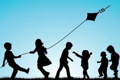 Ομάδα σκιαγραφιών παιδιών με έναν ικτίνο υπαίθριο διανυσματική απεικόνιση
