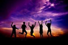 Ομάδα σκιαγραφιών φίλων που έχουν τα άλματα διασκέδασης Στοκ Εικόνα