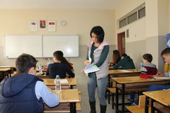 Ομάδα σπουδαστών γυμνασίου που δίνουν μια εξέταση στην τάξη στοκ φωτογραφία