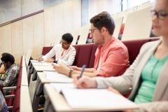 Ομάδα σπουδαστών με τα σημειωματάρια στην αίθουσα διάλεξης Στοκ εικόνα με δικαίωμα ελεύθερης χρήσης