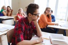 Ομάδα σπουδαστών με τα σημειωματάρια στο σχολικό μάθημα Στοκ φωτογραφία με δικαίωμα ελεύθερης χρήσης