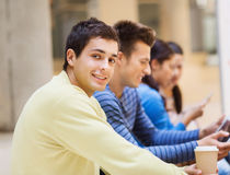 Ομάδα σπουδαστών με το PC ταμπλετών και το φλυτζάνι καφέ Στοκ Φωτογραφία