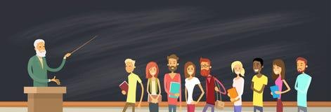Ομάδα σπουδαστών πέρα από τον πίνακα με τον καθηγητή, πανεπιστημιακός ομιλητής απεικόνιση αποθεμάτων