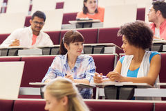 Ομάδα σπουδαστών που μιλούν στην αίθουσα διάλεξης Στοκ φωτογραφία με δικαίωμα ελεύθερης χρήσης