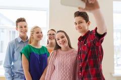 Ομάδα σπουδαστών που παίρνουν selfie με το smartphone Στοκ εικόνα με δικαίωμα ελεύθερης χρήσης