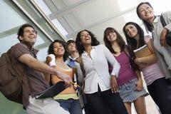 Ομάδα σπουδαστών που στέκονται με τον καθηγητή στοκ εικόνα