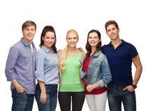 Ομάδα στάσης που χαμογελά τους σπουδαστές στοκ εικόνα