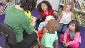 Ομάδα στοιχειωδών μαθητών ηλικίας που μαθαίνουν να λέει το χρόνο φιλμ μικρού μήκους