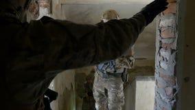 Ομάδα στρατιωτών που φορά τις διαταγές ακούσματος κυνηγετικών όπλων από το διοικητή τους πριν από τη λειτουργική άσκηση σε ένα κτ φιλμ μικρού μήκους