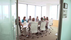 Ομάδα συνεδρίασης του Businesspeople γύρω από τον πίνακα αιθουσών συνεδριάσεων απόθεμα βίντεο