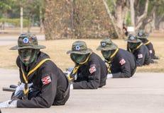 Ομάδα σφραγίδων ναυτικού που εκτελεί την κατάρτιση αγώνα στη στρατιωτική παρέλαση του βασιλικού ταϊλανδικού ναυτικού Στοκ Φωτογραφίες
