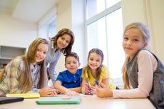 Ομάδα σχολικών παιδιών που γράφουν τη δοκιμή στην τάξη Στοκ φωτογραφίες με δικαίωμα ελεύθερης χρήσης