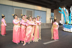 Ομάδα ταϊλανδικών εγγενών ντύνοντας λαών τρόπου ζωής που θέτουν στο φωτογράφο Στοκ Φωτογραφίες