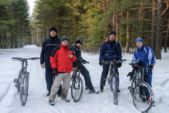 Ομάδα τουριστών κύκλων που σταματούν για το υπόλοιπο στο ξύλο Στοκ φωτογραφία με δικαίωμα ελεύθερης χρήσης