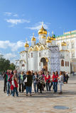 Ομάδα τουριστών στο τετράγωνο καθεδρικών ναών στη Μόσχα Kremin Στοκ Εικόνες