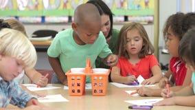 Ομάδα του δημοτικού σχολείου παιδιών ηλικίας στην κατηγορία τέχνης φιλμ μικρού μήκους
