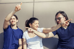Ομάδα τριών νέων φίλων που δείχνουν τις διαφορετικές κατευθύνσεις στοκ φωτογραφία με δικαίωμα ελεύθερης χρήσης