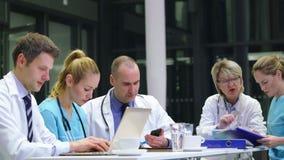 Ομάδα των γιατρών που εργάζονται στη αίθουσα συνδιαλέξεων φιλμ μικρού μήκους