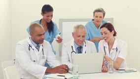 Ομάδα των γιατρών που εργάζονται στο lap-top απόθεμα βίντεο