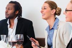 Ομάδα των επιχειρηματιών που έχουν το μεσημεριανό γεύμα Στοκ φωτογραφία με δικαίωμα ελεύθερης χρήσης