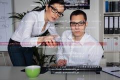 Ομάδα των προγραμματιστών υπολογιστών που αναλύουν τον κώδικα Στοκ φωτογραφία με δικαίωμα ελεύθερης χρήσης