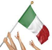 Ομάδα των χεριών λαών που αυξάνει τη εθνική σημαία της Ιταλίας στοκ φωτογραφίες