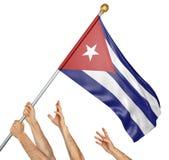 Ομάδα των χεριών λαών που αυξάνει τη εθνική σημαία της Κούβας απεικόνιση αποθεμάτων