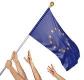 Ομάδα των χεριών λαών που αυξάνει τη σημαία της Ευρωπαϊκής Ένωσης διανυσματική απεικόνιση