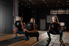 Ομάδα φίλαθλων καυκάσιων ενηλίκων που ασκούν στη γυμναστική Στοκ εικόνα με δικαίωμα ελεύθερης χρήσης