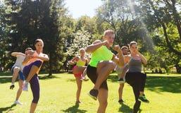 Ομάδα φίλων ή αθλητικών τύπων που ασκούν υπαίθρια Στοκ Εικόνα