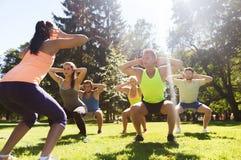 Ομάδα φίλων ή αθλητικών τύπων που ασκούν υπαίθρια Στοκ Εικόνες