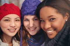 Ομάδα φίλων κοριτσιών που απολαμβάνουν τη λήψη selfies στο χιόνι το χειμώνα Στοκ Εικόνες