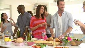 Ομάδα φίλων που έχουν το κόμμα γευμάτων στο σπίτι απόθεμα βίντεο