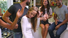 Ομάδα φίλων που απολαμβάνουν το κόμμα και που χορεύουν στο σπίτι απόθεμα βίντεο