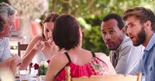 Ομάδα φίλων που απολαμβάνουν το υπαίθριο γεύμα στο σπίτι από κοινού απόθεμα βίντεο