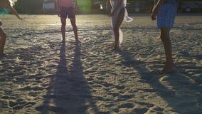 Ομάδα φίλων που παίζουν με μια σφαίρα στην παραλία φιλμ μικρού μήκους